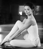 Bailarina que pone en los deslizadores foto de archivo libre de regalías