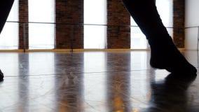 Bailarina que practica en estudio de la danza metrajes