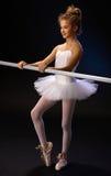 Bailarina que practica por la barra del ballet Foto de archivo libre de regalías