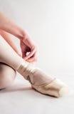Bailarina que prepara suas sapatas de bailado Imagem de Stock