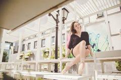 Bailarina que presenta en el centro de la ciudad de Moscú foto de archivo libre de regalías