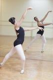 Bailarina que presenta en el espejo Fotografía de archivo libre de regalías