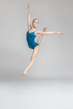 Bailarina que presenta en salto fotografía de archivo libre de regalías