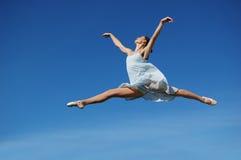 Bailarina que realiza un salto Fotos de archivo