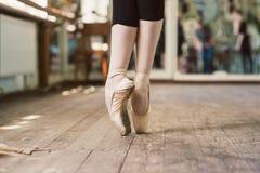Bailarina que se coloca en los dedos del pie fotografía de archivo