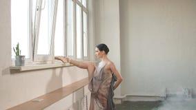 Bailarina que se coloca en una pierna en los dedos del pie en pointe y que levanta otro encima de alto metrajes