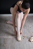 Bailarina que se prepara para bailar Imágenes de archivo libres de regalías