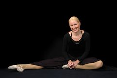 Bailarina que se reclina y que sonríe Fotos de archivo