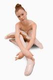 Bailarina que se sienta en la tierra Foto de archivo