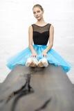 A bailarina senta-se na tabela fotografia de stock
