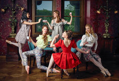 Bailarinas alegres da forma caucasiano em um chá bebendo da pose Fotografia de Stock