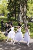 Bailarinas e músicos que apresentam um desempenho público no cemitério Notre-Dama-DES-Neiges fotografia de stock