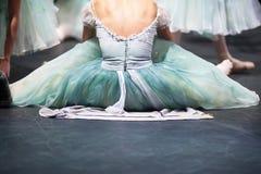 Bailarinas en el movimiento Detrás de las escenas del teatro, calentamiento de bailarinas antes de un funcionamiento Imagen de archivo libre de regalías
