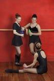 Bailarinas felizes com as garrafas de água no estúdio da dança Imagens de Stock