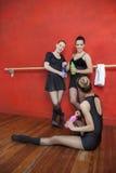 Bailarinas felizes que guardam garrafas de água no estúdio Imagens de Stock