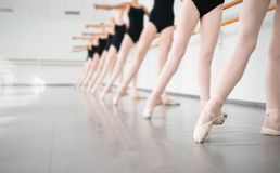 Bailarinas jovenes de los bailarines en la danza clásica de la clase, ballet