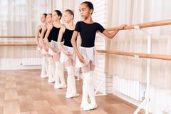 Bailarinas jovenes que ensayan en la clase del ballet Fotografía de archivo libre de regalías