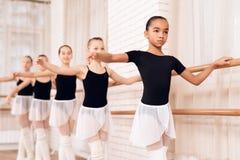 Bailarinas jovenes que ensayan en la clase del ballet Imagenes de archivo