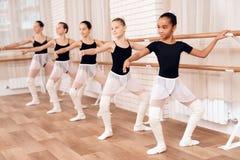 Bailarinas jovenes que ensayan en la clase del ballet Imagen de archivo