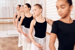 Bailarinas jovenes que ensayan en la clase del ballet Fotos de archivo libres de regalías