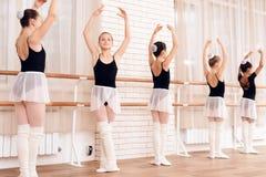 Bailarinas jovenes que ensayan en la clase del ballet Imagen de archivo libre de regalías