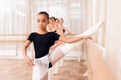 Bailarinas jovenes que ensayan en la clase del ballet Imágenes de archivo libres de regalías