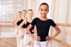 Bailarinas jovenes que ensayan en la clase del ballet Foto de archivo libre de regalías