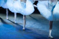 Bailarinas no movimento Os pés das bailarinas fecham-se acima Fotos de Stock Royalty Free