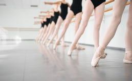Bailarinas novas dos dançarinos na dança clássica da classe, bailado