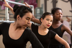 Bailarinas novas sérias Fotografia de Stock Royalty Free