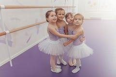 Bailarinas pequenas bonitas no estúdio da dança foto de stock