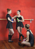 Bailarinas que guardam garrafas de água ao descansar no estúdio imagens de stock royalty free