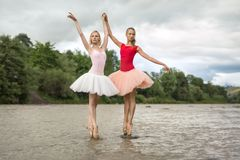 Bailarinas que levantam no rio foto de stock