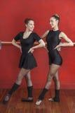 Bailarinas que sorriem ao olhar se no estúdio foto de stock royalty free