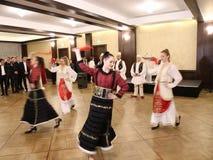 Bailarines albaneses en trajes tradicionales almacen de video