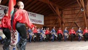 Bailarines búlgaros jovenes en traje tradicional almacen de video