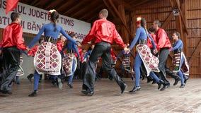 Bailarines búlgaros jovenes en traje tradicional almacen de metraje de vídeo