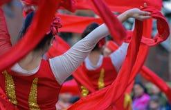 Bailarines chinos de sexo femenino con las cintas rojas Fotografía de archivo libre de regalías