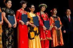 Bailarines coloridos con el premio en traje Imagen de archivo