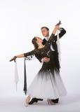 Bailarines con el vestido blanco y negro - brazos del salón de baile de par en par Fotos de archivo