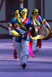 Bailarines con las máscaras amarillas Imagenes de archivo
