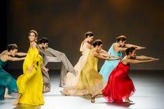 Bailarines de ballet durante la colección de Duyos en SS 2015 MBFW Madrid Imagenes de archivo