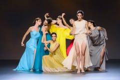 Bailarines de ballet durante la colección de Duyos en SS 2015 MBFW Madrid Imagen de archivo