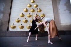 Bailarines de ballet en la calle de la ciudad foto de archivo
