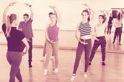 Bailarines de ballet jovenes que intentan una nueva posición Foto de archivo