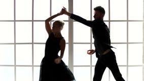 Bailarines de ballet profesionales que realizan danza contemporánea almacen de video