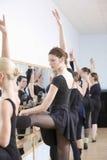 Bailarines de ballet que practican en estudio Imagen de archivo libre de regalías