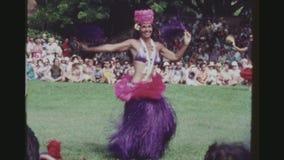 Bailarines de Hula en la ejecución tradicional colorida de los equipos metrajes