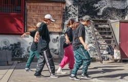Bailarines de la calle fuera de una capilla foto de archivo libre de regalías