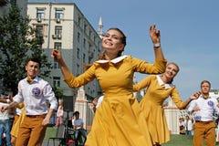 Bailarines de la calle que bailan en frente la disposición de la universidad de estado de Moscú en la calle de Tverskaya en el dí Fotografía de archivo